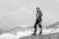 L'alpinista medita secondo il significato della vita Fotografia Stock