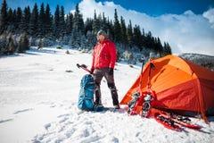 L'alpinista raccoglie uno zaino Immagine Stock