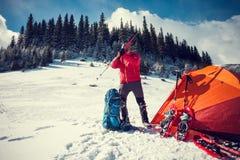 L'alpinista raccoglie uno zaino Fotografie Stock
