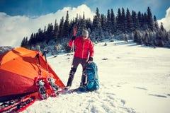 L'alpinista raccoglie uno zaino Immagine Stock Libera da Diritti