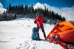 L'alpinista raccoglie uno zaino Immagini Stock Libere da Diritti