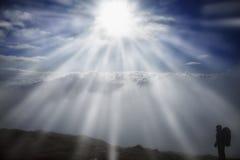 L'alpinista raggiunge la cima della montagna in nebbia e nel mornin di autunno Fotografie Stock Libere da Diritti