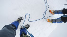 L'alpinista raggiunge la cima di una montagna Fotografia Stock
