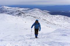 L'alpinista scala il pendio di montagna innevato Fotografia Stock Libera da Diritti