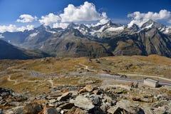L'alpinista sta facendo un'escursione va avanti accanto ai binari ferroviari al G Immagine Stock Libera da Diritti