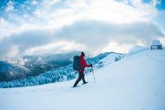 L'alpinista va alla capanna Fotografia Stock