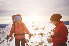 L'alpiniste boit l'eau sur la montagne Photos libres de droits