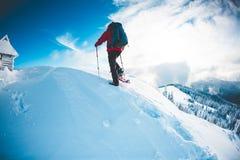 L'alpiniste va à la hutte images libres de droits