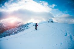 L'alpiniste va à la hutte Photos stock