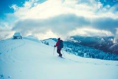 L'alpiniste va à la hutte photographie stock