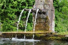 L'Alsazia, una vecchia fontana pittoresca in Hunawihr Immagini Stock