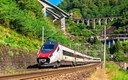L'Alstom che inclina treno ad alta velocità sulla ferrovia di Gotthard Immagini Stock Libere da Diritti