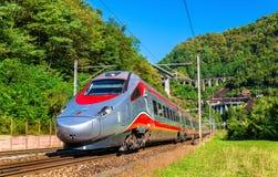 L'Alstom che inclina treno ad alta velocità sulla ferrovia di Gotthard Fotografia Stock Libera da Diritti