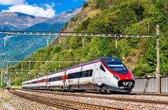 L'Alstom che inclina treno ad alta velocità sulla ferrovia di Gotthard Fotografia Stock