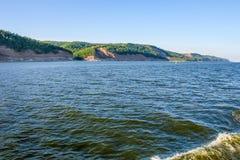 L'alta Banca giusta del fiume Volga, Russia Fotografando dalla nave Fotografia Stock