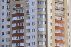 L'alta casa multipiana nella città gradisce il fondo Fotografie Stock Libere da Diritti