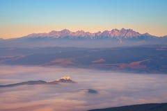 L'alta catena montuosa e Spis di Tatras fortificano all'alba, Slovacchia Immagini Stock