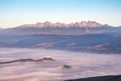 L'alta catena montuosa e Spis di Tatras fortificano all'alba, Slovacchia Fotografia Stock Libera da Diritti