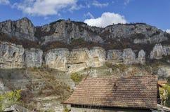 L'alta cima tre di Lakatnik oscilla con il ricevitore, il monumento e l'incrocio, la sfilata del fiume di Iskar, provincia di Sof Fotografia Stock Libera da Diritti
