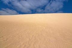 L'alta cresta della collina della sabbia con cielo blu al poco Sahara, canguro è Fotografia Stock