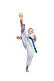L'alta gamba del colpo di andata fa l'atleta in karategi Fotografia Stock Libera da Diritti