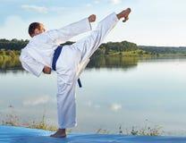 L'alta gamba di scossa sta battendo l'atleta con una cinghia blu Immagini Stock