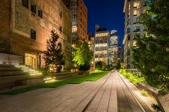 L'alta linea passeggiata illuminata alla notte di estate Chelsea, Manhattan, New York Fotografia Stock