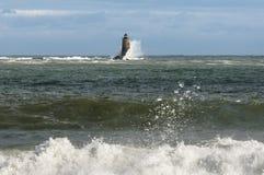 L'alta marea induce le onde enormi a rompersi lungo la riva ed intorno a Dist fotografie stock libere da diritti