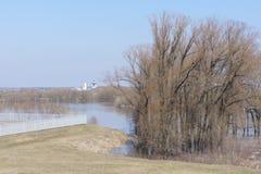 L'alta marea sul fiume Oka vicino alla città di Kolomna Immagini Stock
