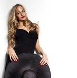 L'alta moda ha sparato della donna bionda con capelli ricci Fotografie Stock