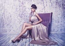 L'alta moda ha sparato di giovane bella donna nei dres di seta splendidi Fotografie Stock