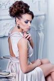 L'alta moda ha sparato di giovane bella donna nei dres di seta splendidi Fotografie Stock Libere da Diritti
