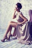 L'alta moda ha sparato di giovane bella donna nei dres di seta splendidi Immagine Stock