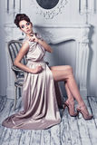 L'alta moda ha sparato di giovane bella donna nei dres di seta splendidi Fotografia Stock