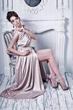 L'alta moda ha sparato di giovane bella donna nei dres di seta splendidi Fotografia Stock Libera da Diritti