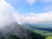 L'alta montagna ha le nuvole e nebbia, vista dalla montagna Immagine Stock