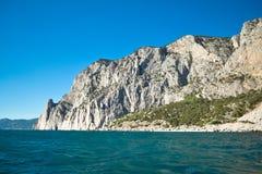 L'alta roccia entra in mare Fotografia Stock Libera da Diritti