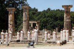 L'alta sacerdotessa, la fiamma olimpica durante l'illuminazione della torcia cere Fotografia Stock Libera da Diritti