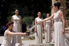 L'alta sacerdotessa, la fiamma olimpica durante l'illuminazione della torcia cere Immagini Stock Libere da Diritti