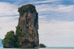 L'alta scogliera attacca fuori dal mare delle Andamane vicino alla località di soggiorno Fotografia Stock