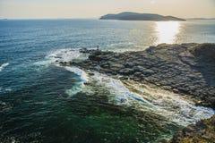 L'alta scogliera sopra il mare, la scogliera discende nel mare, in molte onde di spruzzatura e nelle pietre Fotografie Stock Libere da Diritti