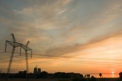 L'alta stabilità del paese è lo sviluppo di Electric Power Abbellisca con gli elementi delle costruzioni per la trasmissione Immagini Stock Libere da Diritti
