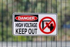 L'alta tensione del pericolo impedisce di entrare il segno alla sotto stazione elettrica immagine stock libera da diritti