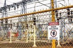 L'alta tensione del pericolo tiene fuori Fotografia Stock Libera da Diritti