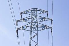 L'alta tensione elettrica della colonna torreggia Immagine Stock