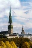 L'alta torre della cattedrale della cupola a Riga in autunno Immagine Stock Libera da Diritti