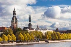 L'alta torre della cattedrale della cupola a Riga in autunno Fotografia Stock Libera da Diritti