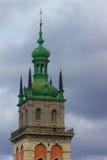L'alta torre della chiesa fra i vecchi tetti, Leopoli, Ucraina di presupposto Fotografie Stock