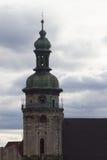 L'alta torre della chiesa fra i vecchi tetti, Leopoli, Ucraina di presupposto Immagine Stock Libera da Diritti