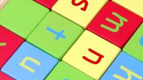 L'alta vista del giocattolo variopinto dell'alfabeto blocca la tornitura stock footage